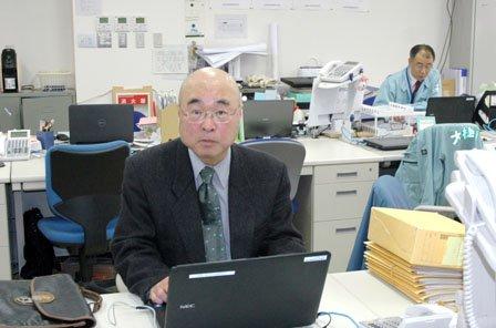専門企画調査員として町役場用地課に配属された小山純徳氏=2014年5月2日、大槌町役場