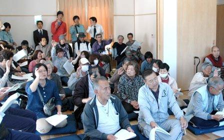 町営住宅の集会所で開かれた自治会の設立総会=2014年5月18日、大槌町大ケ口1丁目