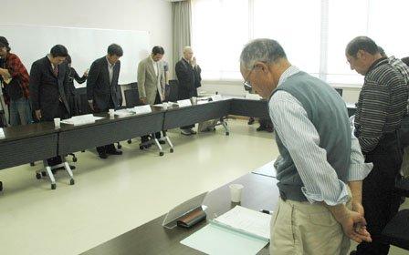 「生きた証プロジェクト」第1回実行委員会は黙祷(もくとう)で始まりました=2014年5月30日、大槌町役場