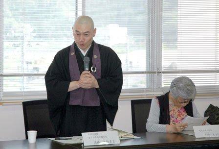 実行委員会の委員長には住職の高橋英悟氏が選ばれました=2014年5月30日、大槌町役場