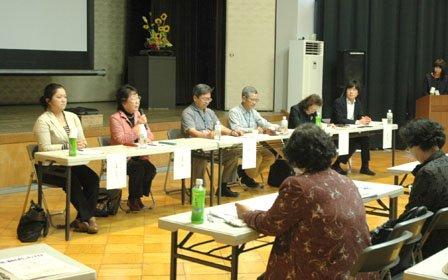 発足式に合わせた学習会では盛岡市、釜石市、山田町の傾聴ボランティア団体が活動を報告しました=2014年6月7日、大槌町中央公民館