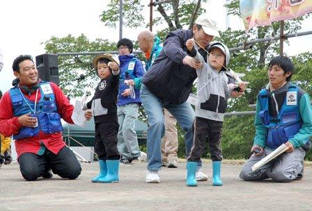祭りの紙飛行機のコンテストには子供から大人まで参加しました=2014年6月15日、大槌町の新山高原