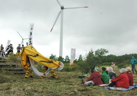 祭りでは大槌城山虎舞が勇壮に舞われました=2014年6月15日、大槌町の新山高原