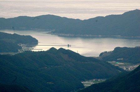 新山高原の展望台に設置された望遠鏡で大槌湾の蓬莱島を間近に見ることができます=2014年6月15日、大槌町の新山高原