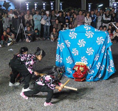 「大槌祭り」で舞う神楽。子どもから大人まで参加しています=2013年、9月22日、大槌町内の小鎚神社の宵宮