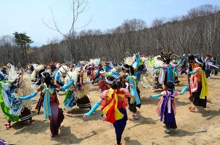 植樹を祝って舞う鹿子踊。5団体による群舞です=2014年4月27日、大槌町の新山高原