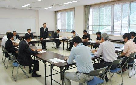 第1回人口対策本部会議であいさつする碇川豊町長=2014年6月9日、大槌町役場