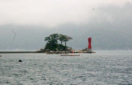 「ひょっこりひょうたん島」のモデルとされる蓬莱島は町民の心のよりどころです=2014年7月9日、大槌湾