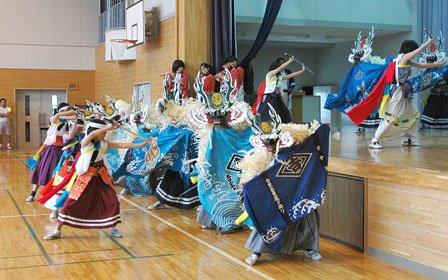 色鮮やかな衣装が目を引く吉里吉里鹿子踊=2014年7月9日、吉里吉里中学校体育館