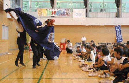 会場と一体となって舞う吉里吉里大神楽=2014年7月9日、吉里吉里中学校体育館