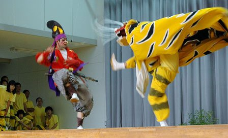 舞台狭しと虎が暴れる吉里吉里虎舞=2014年7月9日、吉里吉里中学校体育館
