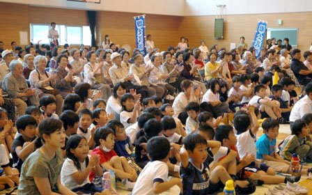 鑑賞に訪れた地元の人たちは拍手で盛り上げました=2014年7月9日、吉里吉里中学校体育館