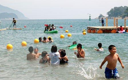 子どもたちは安全が確認された海の中ではしゃぎまわりました=2014年7月26日、大槌町の吉里吉里海岸海水浴場