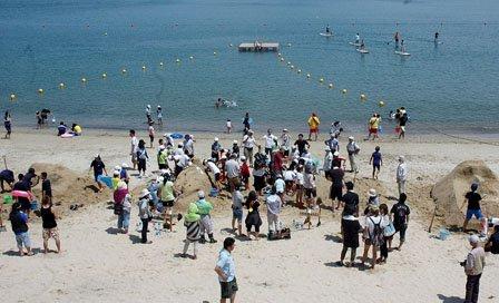 海岸では遊泳できる場所をブイで囲みました=2014年7月26日、大槌町の吉里吉里海岸海水浴場