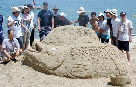 「砂の祭典」で制作された「南部鼻曲がり鮭」です=2014年7月26日、大槌町の吉里吉里海岸海水浴場