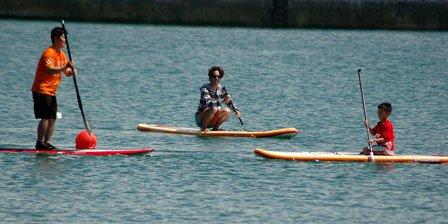 海開きではパドルサーフィンの体験会も開かれました=2014年7月26日、大槌町の吉里吉里海岸海水浴場
