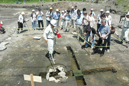 現地説明会は発掘調査された3区画のうち2区画で行われました=2014年8月3日、大槌町の「町方遺跡」