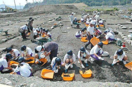 中学生による発掘体験学習会では様々な遺物が出土しました=2014年7月15日、大槌町の「町方遺跡」