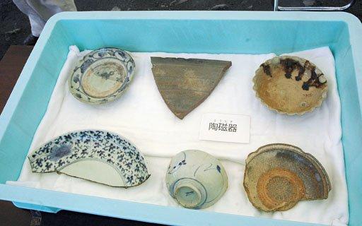 発掘された陶磁器の破片=2014年8月3日、大槌町の「町方遺跡」