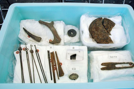 発掘されたかんざしなどの生活用品=2014年8月3日、大槌町の「町方遺跡」