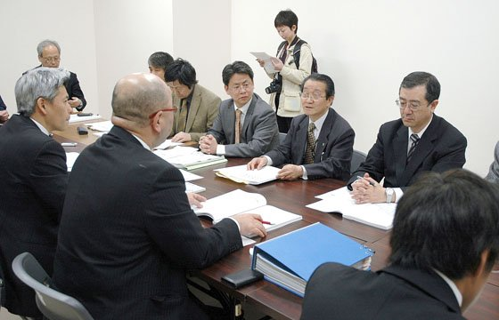 大鎚町に防災計画の内容を説明する安渡町内会のメンバー=2013年、4月19日、大槌町役場