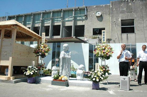 除幕式で披露されたお地蔵さん=2014年8月3日、旧大槌町役場