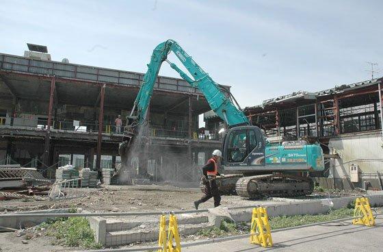 旧役場庁舎は正面玄関がある本庁舎部分を残して解体され、本庁舎部分は震災遺構として保存する方向で検討が進められています=2014年6月4日