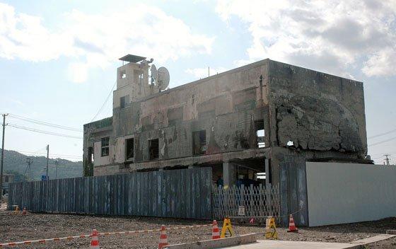 解体作業が終わり裏側から見た旧役場庁舎です=2014年8月6日