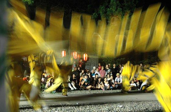 大勢の見物客に見守られながら宵宮祭で舞う虎舞=2014年8月23日、大槌町吉里吉里の天照御祖神社