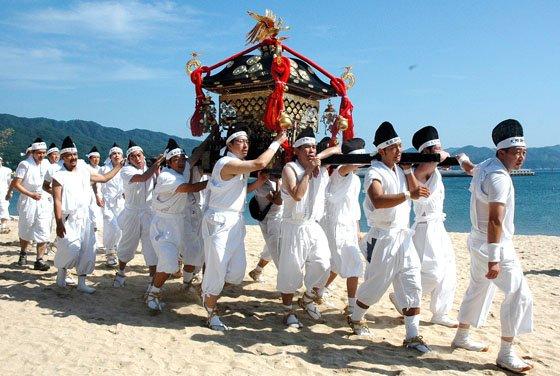 吉里吉里海岸を練り歩く神輿=2014年8月24日、大槌町吉里吉里