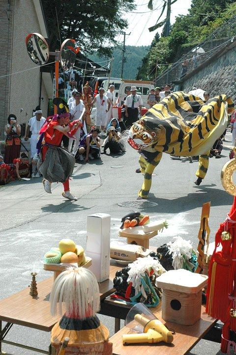 神輿渡御の御旅所で舞う虎舞=2014年8月24日、大槌町吉里吉里