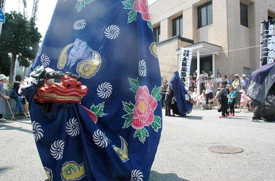 御旅所で舞う大神楽=2014年8月24日、大槌町吉里吉里