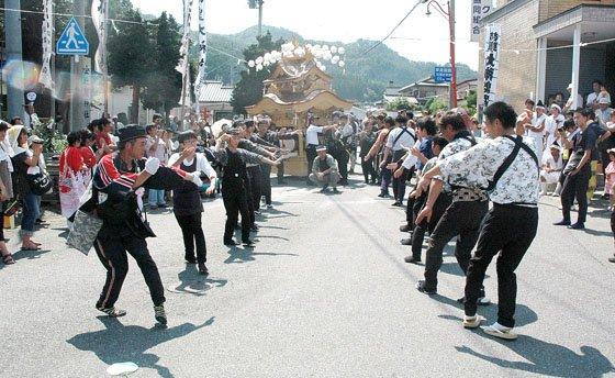 大神楽を舞った後で手踊りする人たち=2014年8月24日、大槌町吉里吉里