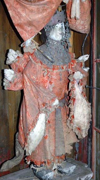 被災し傷ついた弁天さま=2013年5月23日、蓬莱島の弁天神社
