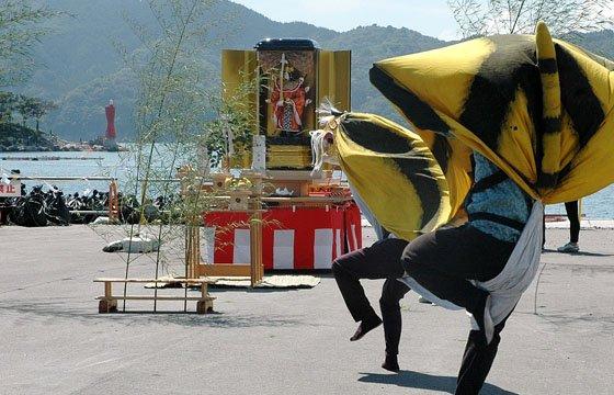 「お迎え式」を祝って舞う虎舞=2014年8月31日、大槌町赤浜