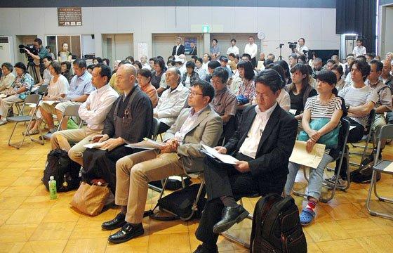 山折哲雄氏の講演に聴き入る聴衆=2014年9月6日、大槌町中央公民館
