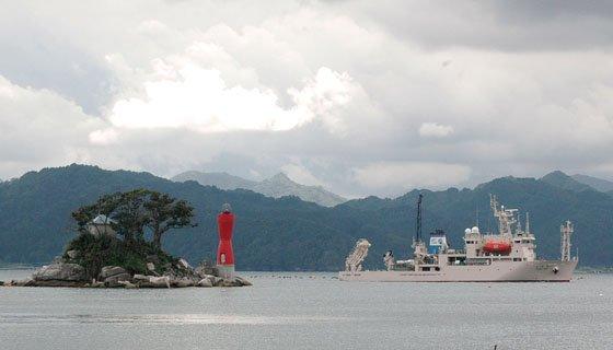 蓬莱島の脇を通って入港する新青丸=2014年9月13日、大槌港
