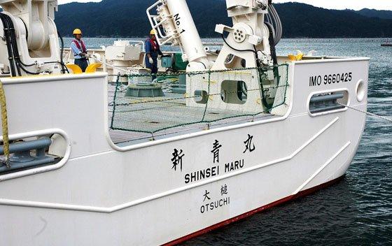 船尾に記された母港「大槌」の名=2014年9月14日、大槌港