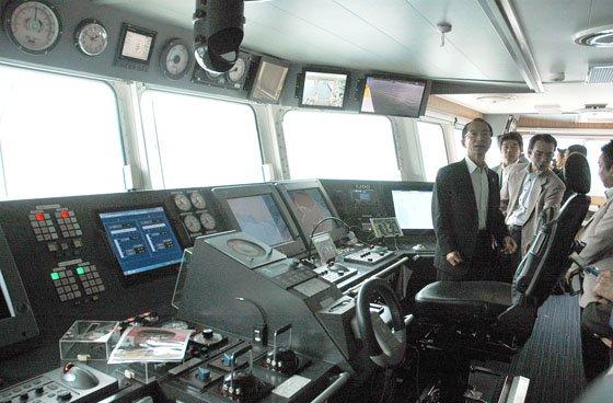 公開された操舵室=2014年9月13日、大槌港
