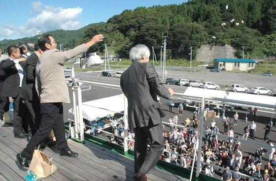 入港・着岸を祝って行われたモチまき=2014年9月14日、大槌港