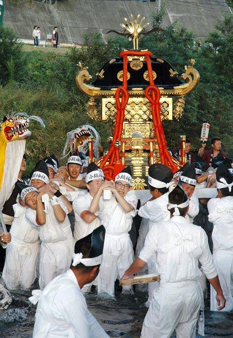 川に入った神輿=2014年9月21日、「小鎚川」の御旅所
