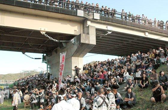 川に入った神輿の見物に訪れた観客=2014年9月21日、「小鎚川」の御旅所