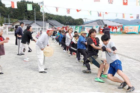 綱引きは3回戦形式で争われました=2014年10月5日、大槌町の吉里吉里小学校校庭
