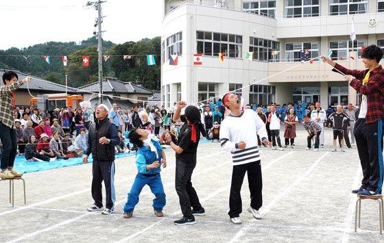 パン食い競争は4人ずつで競い合いました=2014年10月5日、大槌町の吉里吉里小学校校庭