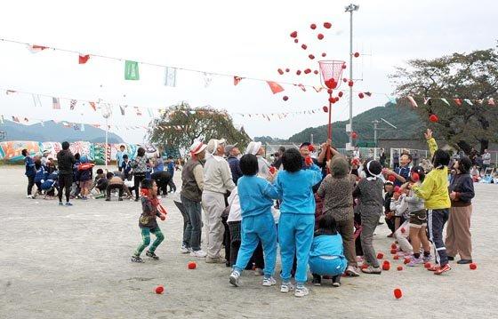 玉入れは、お年寄りと小学生が参加しました=2014年10月5日、大槌町の吉里吉里小学校校庭