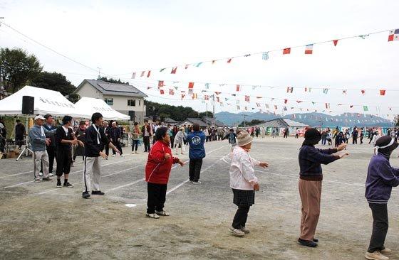 運動会は全員による踊りで締めくくられました=2014年10月5日、大槌町の吉里吉里小学校校庭