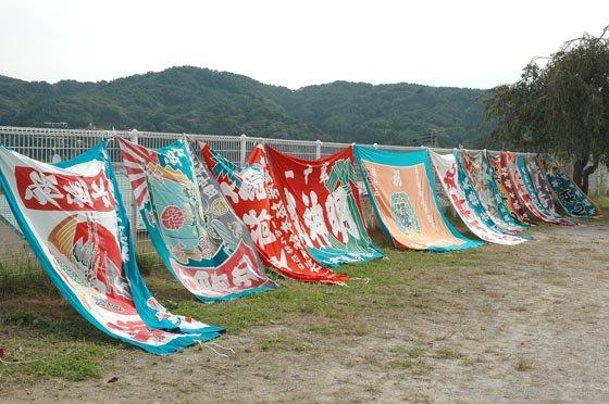 大漁旗がグラウンドを取り囲みました=2014年10月5日、大槌町の吉里吉里小学校校庭