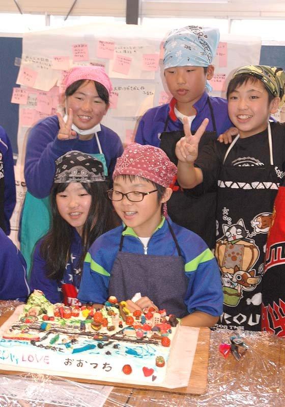 完成したケーキを前にした児童たち=2014年10月21日、大槌小学校体育館