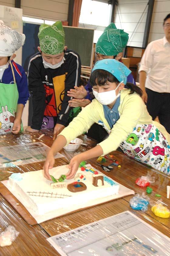 ケーキには休止中のJR山田線の鉄路も描かれました=2014年10月21日、大槌小学校体育館