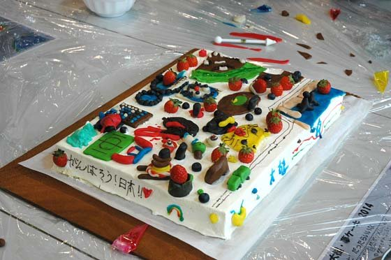 色鮮やかなケーキ=2014年10月21日、大槌小学校体育館